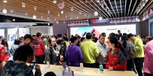 五一苏宁人山人海,手机销售达去年同期151%