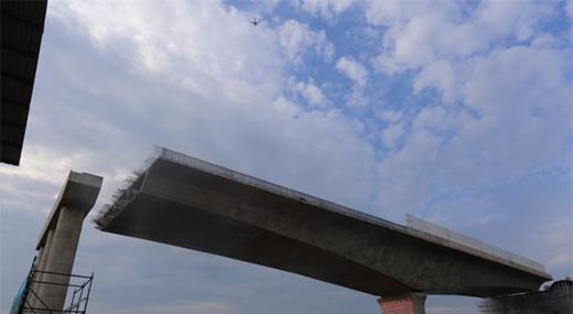 长118米重1.4万吨!云南高速公路最大T构桥成功转体